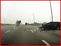 高速で事故った車からドライバーが投げ出される瞬間。恐怖のドラレコ映像。