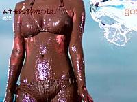 水着美女に液体をぶっかけるスーパースロー映像。エロ動画ではない。