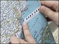 韓国人たちが図書館で地図の日本海表記に「東海シール」を貼ってニッコリ。