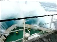 荒れ狂う海 船を飲み込む程の波 恐ろしい海の世界体験ムービー