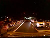 花火大会の見物客の子供が道路に飛び出して危なかったドライブレコーダー