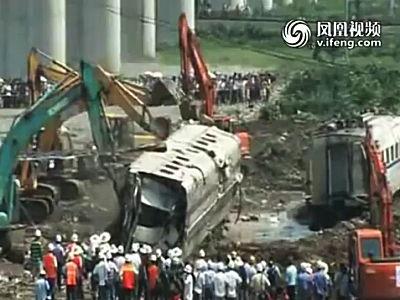 中国の高速鉄道事故現場。撤去作業が大急ぎで進められる。現場検証は?