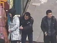 中国。箸を使って他人の財布を抜き取る「箸すり」の大胆な犯行現場の映像