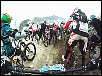 過酷すぎる自転車レース「メガバランチェ2011」の様子。雪、岩、草原、ロード