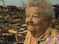 巨大竜巻で自宅を失ったおばあちゃんにインタビューをしていたら瓦礫の下から愛犬が(´;ω;`)