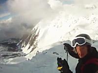 スキーで雪崩に巻き込まれ生き埋めになってしまう映像。掘り出されるまで記録