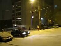 無謀なヒルクライム。雪の積もった急な坂道を果敢に攻めた自動車が・・・。