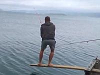これは笑い転げるしかない。危なっかしい場所で釣りをしていた兄ちゃんがw