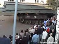 これは酷いおもロシア。軍用車両の重量に石畳が耐えられるハズもなく・・・。