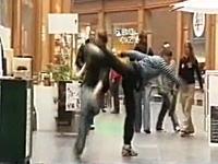 これはヤバイ!悪戯仕掛け人が通行人の華麗な後ろ回し蹴りで一撃ノックアウトw