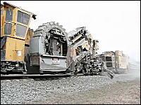 巨大重機動画。ロラム社のバラストクリーナーが線路上で作業している様子。