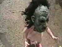 ハロウィンの大人用マスクを付けた女の子が怖すぎwww逃げたいwww