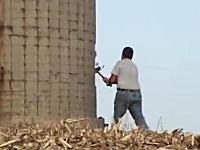危なすぎワロタ。高さ22メートルの飼料サイロを金づち一本で破壊するおやじ