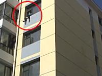 中国。2歳の子供と共に飛び降りようとしている男性を消防士が救出。GJ動画。