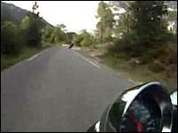 気持よく攻めていたバイクが車と正面衝突する瞬間の映像。2視点あり