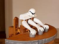 木工職人が作ったテーブルマジックをする奇妙なからくり人形。カップ&ボール
