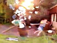 危ねぇ!wwwドラム缶を爆発させたら予想外の大爆発で焦りまくる男性w