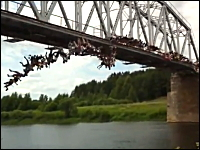 なにこれ危ねえ!135人で同時に橋の上からバンジージャンプ。おそロシア