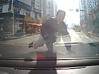 えっ!?何がしたかった当たり屋。停止している車に飛び乗ってそのまま立ち去る