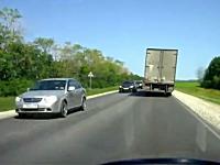 運転中に「これは焦ったw(゚o゚)w」瞬間の映像二つ。高速道路の逆走は反則。