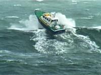 荒波すぎる・・・。アイルランドのレスキュー艇はどんな波が来ても無敵状態