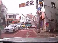 韓国。制御不能のバスが凄い勢いで前方から迫ってくる衝撃のドラレコ映像。