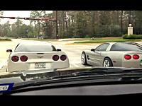 これはあほい。赤信号で並んだ二台のコルベットがシグナルレースで・・・。