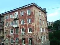 向かいのマンションが騒がしいと思って撮影していたら自然崩壊した。ロシア