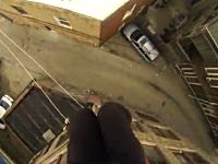 アクション映画のように屋根から屋根へと飛び移るスタントマン視点の映像