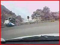 台湾で韓国人旅行客を乗せた観光バスが故障し崖から落下してしまう映像