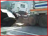 高速道路で大事故。さらに大型トレーラーが突っ込んできて人間がヤバイ。