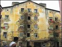 老朽化したアパートが自然崩壊する瞬間。住人はギリギリで脱出。リスボン