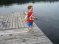 いとも簡単に魚を釣り上げる4歳児のビデオ。高価な道具なんて必要なかった