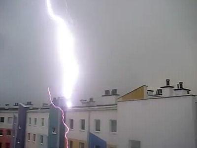決定的瞬間。落雷が目の前のマンションを直撃するビリビリ動画。稲妻ビデオ