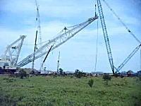 巨大クレーンの組み立てに失敗して大崩壊 オーマイガー