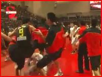 中国酷すぎワラエナイ(@_@;)バスケの試合で乱闘というか大暴行騒ぎにw