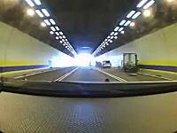トンネルで出口付近の渋滞に気がつかなかったトラックがどーん!玉突きに