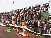 ブラジルで自動車レースを観戦する満席のスタンドが突然崩壊してしまう瞬間