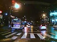 日本のエクストリームDQN。バスの後ろに掴まって無賃乗車してる若者www