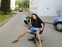 予想通りの結末。キャスター付き椅子を車で引っ張ってたらカーブでどーん。