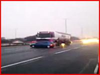 これは本気で危ない!高速で他車を引っ掛けながら猛スピードで突き進むトレーラー
