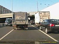 渋滞の原因はまさかのフリーダムすぎるお兄さんだった・・・。なにしてんのw