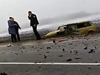 これはあかん・・・。カーブでタコった車が対向車と正面衝突&事故現場映像
