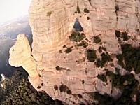 マジキチジャンパー。岩肌に空いた小さなな穴をウイングスーツで飛び抜ける