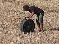 タイヤを拾いに行く姿がシュール。お金持ちがアストンマーチンで事故る瞬間
