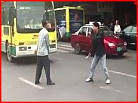 うわ怖い。中国でナイフを片手に二人の男が本気の刺し合いをしている動画