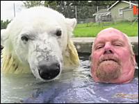 巨大なシロクマと一緒に泳ぐことのできる世界で唯一の男性。マーク・デューマス