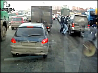 白昼の強盗。渋滞で停止していた車に3人組の強盗団が襲い掛かる映像