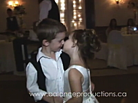 結婚式で幸せそうな二人を見て思わずチュウしてしまう子供のカップル(*´Д`)