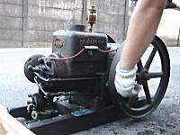 「プー!プー!プー!」優しいエンジン音。石油発動機コンコーの始動風景
